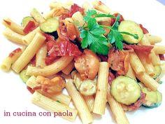 Sedanini cozze, zucchine e pomodori secchi, un ottimo primo piatto reso ancor apiù intrigante dal piccantino del peperoncino e dal prezzemolo fresco tritato