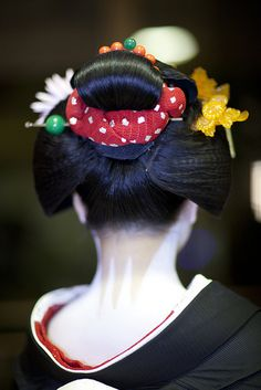 Yakko Shimada is a hairstyle worn by senior maiko during New Year and Hassaku. The color of the cloth used can vary from maiko's seniority. This is my favorite hairstyle.