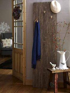 Möbel selbermachen kann so leicht sein! Diese selbstentworfene Garderobe holt den Natur-Look in den Flur.