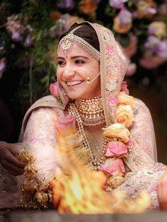 Anushka Sharma's Wedding Makeup by her makeup artist Puneet B Saini. Anushka Sharma wanted to look very elegant and beautiful for her wedding with Virat Kohli. Best Bridal Makeup, Bridal Makeup Looks, Indian Bridal Makeup, Bridal Beauty, Pink Lehenga, Bridal Lehenga, Lehenga Blouse, Anushka Sharma And Virat, Anushka Sharma Pics