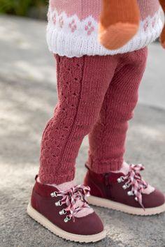 Suse Selebukse i Mørk Rose. Toddler Leggings, Tight Leggings, Crochet Bebe, Knit Crochet, Crochet Pattern, Baby Girl Dresses, Girl Outfits, Baby Barn, Leg Warmers