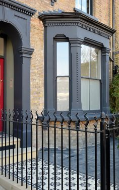 The fact that the front garden of the detached house looks dreary and uninviting. The fact that th Terrace House Exterior, Exterior House Colors, Facade House, Exterior Paint, Victorian Front Garden, Victorian Terrace, Victorian Homes Exterior, Edwardian House, Edwardian Style