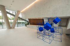 A obra Ultramar intervalo, do artista carioca José Bechara, foi instalada na entrada do Vitra