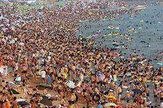 La gente juega en la playa de Qingdao, provincia de Shandong, en el este de China.