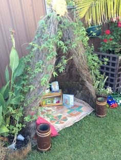Lots of cubby house/fort/shelter ideas - ooooh so cool! Great site for outdoor Reggio idea