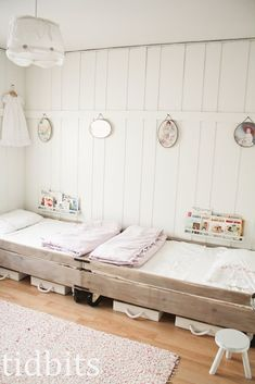 Pallet bed style shared room - kids room Love the personal book shelves Deco Kids, Toddler Rooms, Kids Rooms, Room Kids, Boy Rooms, Kids Decor, Home Decor, Little Girl Rooms, Kid Spaces