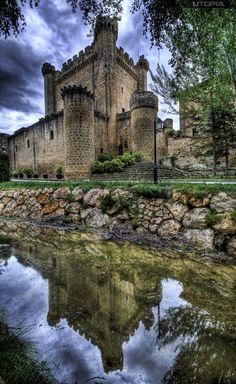 https://flic.kr/p/9VDV3z | Reflejo Sajazarra | El castillo ha sido escenario de las distintas disputas entre los reinos de Navarra y Castilla. Su historia está unida a su localidad vecina Haro que, en 1430, pasó a manos castellanas. Su propietario, Pedro Fernández de Velasco, poseía, además, otros castillos como el de Cerezo, el de Ojacastro y el de Arnedo. Perteneció a los condes de Nieva y defendía la zona norte de la población y el camino de Haro a Miranda.  El edificio se encuentra en un…