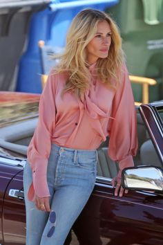 Look of the Day - Julia Roberts posed in a pair of Mother's Stunner Ankle Fray jeans, a pretty pink blouse, and beige pumps. Tamar Braxton, Hollywood, Julia Roberts Style, Julia Roberts Blonde, Mode Outfits, Fashion Outfits, Beige Pumps, Look Fashion, Celebrity Style