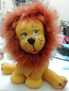 Leãozinho modelado em Biscuit decoracao para festa tema Safari e circo. Altura 23 cm.