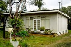 Modernist Australia - The Beach Shack - The Design Files Cabins And Cottages, Beach Cottages, Beach Houses, Retro Beach House, Shack House, Small House Exteriors, Australian Homes, Australian Beach, Beach Shack