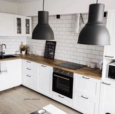Küche Uses of Solar Power Solar power is a safe and popular alternative source of energy. Kitchen Room Design, Home Decor Kitchen, Interior Design Kitchen, New Kitchen, Home Kitchens, Home Decor Inspiration, Home Remodeling, Kitchen Remodel, Sweet Home