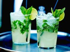 Mojito a drink that, if made good, cools down a person down in august that could make the bad weather sweeter in winter period. Vodka Mojito, Vodka Cocktails, Cocktail Drinks, Cocktail Recipes, Sangria, Alcoholic Drinks, Mexican Food Recipes, Snack Recipes, Snacks