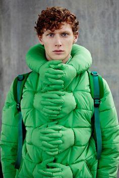 Es una chaqueta verde. Este chaqueta tiene muchos manos y brazos. Este chaqueta es muy bueno para el invierno. Es muy interesante.