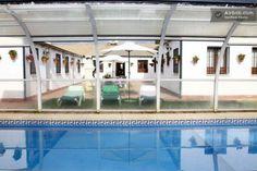 La piscina cubierta. ...en primavera preparada para ti