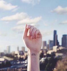 10 τατουάζ τόσο μικροσκοπικά που θα τα εγκρίνει και η μαμά σου! - JoyTV