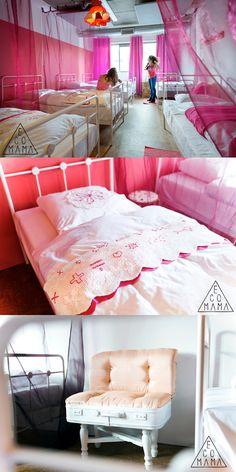 """La stanza """"Boys are smelly"""" dell'ostello Ecomama ad Amsterdam è dedicata solo alle ragazze con attenzioni posh come interni rosa, arredi vintage e gadget femminili gratuiti"""