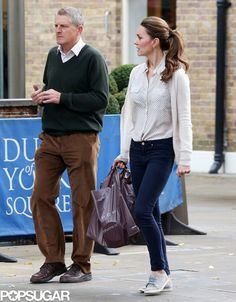 Exclusive: Kate Middleton Bargain Shops in Sneakers!: Kate Middleton walked with a friend through London.: Kate Middleton walked with a friend through London. Moda Kate Middleton, Looks Kate Middleton, Estilo Kate Middleton, Style Preppy, Her Style, Prince William And Kate, William Kate, Looks Jeans, Princesa Kate