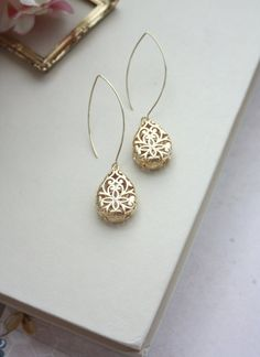 Gold Pear Teardrop Filigree Earrings. Wedding Jewelry di Marolsha
