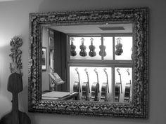 Una de nuestras salas para probar violines con la mejor compañía posible Violin, Oversized Mirror, Frame, Music, Furniture, Home Decor, Cases, Picture Frame, Musica