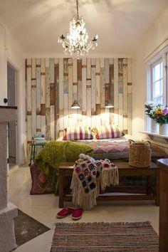 revestimento madeira parede, lustre cristal,  colcha, toques de cor