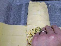 5 - Refermer le tresse en croisant les bandes latérales de pâte sur toute la longueur. Appuyer bien sur la pâte pour souder les deux extrémités. Dorer au jaune d'oeuf battu. Saupoudrer de piment d'Espelette. Mettre au four th 6/7 (200°) pour 30 mn environ en surveillant. Dès que la tresse est bien dorée, la sortir du four et parsemer le dessus de ciboulette ciselée.