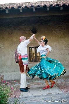 www.leyendadc.com CHIAPAS Ballet folklorico dress. Love the red shoes.
