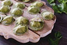 I ravioli di ortiche sono una pasta ripiena primaverile, realizzati con una sfoglia verde ed un ripieno alla ricotta!