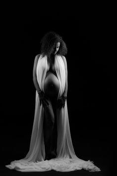Portrait studio en noir et blanc pour cette femme enceinte nu enveloppé d'un voilage blanc ! Photo @Magali Tarasco Trouver votre photographe sur www.regardauteur.com  #femme #enceinte #grossesse #nudité #ombre #noiretblanc #portrait #studio #photographe #photographie #regardauteur Portrait Studio, Black Is Beautiful, Photo Studio, Afro, Pregnancy, Statue, Photography, Inspiration, Fotografia