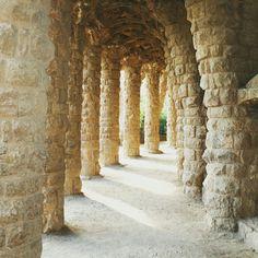 """Somos contrários à história de """"lugares obrigatórios para se visitar"""" (mais ainda às caras espantadas quando se diz que não os visitou), pois cada pessoa tem um gosto e o que pode ser legal pra um, não obrigatoriamente será para outro. Mas alguns lugares acabam sendo unanimidade, como o parque Güell, em Barcelona, uma das heranças que o arquiteto catalão Antonio Gaudí deixou para a cidade. Passear pelos viadutos de pedras construídos pelo artista é só uma das muitas opções para se encantar"""