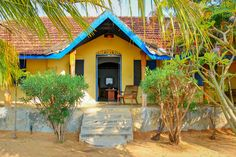 Transport yourself to the 17th Century watching the fishermen cast their nets from their canoes by the Dutch Fort #Batticaloa and imagining how it would have been for the Dutch administrators living in this house. #SriLanka