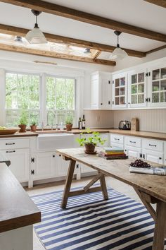 Best Modern Farmhouse Kitchen Coloring Ideas with Creative Farmhouse Kitchen Bac. Best Modern Farmhouse Kitchen Coloring Ideas with Creative Farmhouse Kitchen Backsplashes and Colorful Kitchen Decorations Part 44 Kitchen Inspirations, Home Decor Kitchen, Farmhouse Kitchen Design, Farmhouse Kitchen Tables, Kitchen Design, Kitchen Cabinets Makeover, Kitchen Remodel, Farmhouse Kitchen Decor, Farmhouse Kitchen Backsplash
