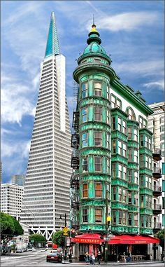 View of the Cafe Zoetrope in San Francisco (Kearny Street).Left picture background you can see the Transamerica Pyramid. Transamerica Pyramid, New Architecture, New View, Empire State Building, Old And New, Skyscraper, Abstract, Urban Design, City Buildings