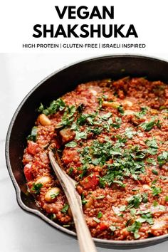 This Vegan Shakshuka recipe is a delicious twist on the Israeli classic - it's made with quinoa, red peppers and beans for a protein-rich breakfast that's ready in 30 minutes! #shakshuka #veganbreakfast #proteinbreakfast #shakshukarecipes Quick Vegan Meals, Vegan Lunch Recipes, Veggie Recipes, Real Food Recipes, Healthy Recipes, Veggie Meals, Vegetarian Meals, Vegan Food, Free Recipes