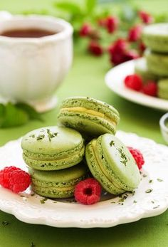 How to make Matcha Macarons Macarons, Macaron Cookies, Macaron Flavors, Macaron Recipe, Baking Recipes, Cookie Recipes, Dessert Recipes, How To Make Matcha, Delicious Desserts