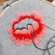 Buen día! Preparando el proyecto para el taller de PUNTADAS FANTASÍA⏩Quién quiere un bolso rayado, lleno de flores bordadas? El próximo martes en SOMNO podés hacerlo! ✅requisito⏩haber realizado el nivel inicial o conocer los puntos básicos ✅info por inbox #holamediopunto #handmade #diseñotextil #espaciocreativo #bordadoamano #bordarhacebien #bordadolivre #bordadomexicano #handmadeembroidery #embroidery #onmytable #conmismanos #instagrames