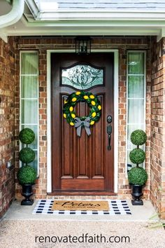 DIY topiary trees are the perfect front porch decor as they are versatile for any season. Here's a budget-friendly tutorial with topiary decorating ideas! Topiary Decor, Outdoor Topiary, Boxwood Topiary, Topiary Trees, Topiaries, Diy Décoration, Easy Diy, Dyi, Home Renovation
