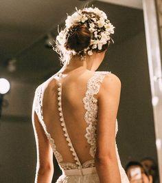 A gente vê milhões de vestidos de noiva por aí, mas e as costas deles? Dá pra ser sexy nos detalhes, como esse corpete transparente com botões super delicados!