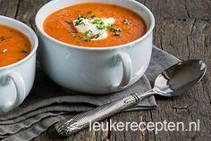 Zo nu het zomerse weer niet echt meer van zich laat zien en het alsmaar blijft regenen, wordt het toch weer tijd voor een lekker soepje. Deze soep zit boordevol Hollandse groenten zoals tomaten, paprika en courgette. Heerlijk zacht van smaak en een tikje zoet door de paprika. Serveer met een lepel creme fraiche en wat fijngehakte peterselie. Heerlijk als voorgerecht of als hoofdgerecht/lunch met een lekker stuk brood. Eet smakelijk!