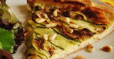 L'été c'est la période des tartes que l'on mange avec des salades variées pour les tartes salées : salades vertes, tomates, courgettes...