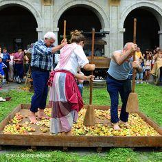 Sagar uzta eguna Astigarragan. ............................................. Machacado tradicional de la manzana. ............................................. Apples being ground in the old way. ............................................. Pilage des pommes à l'ancienne. ............................................. www.basquebirak.com #astigarraga #cidermaking #ciderhouse #kirikoketa #donostia #sansebastian #basquecountry