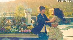 Gif Pareja de moda lluvia novio novia