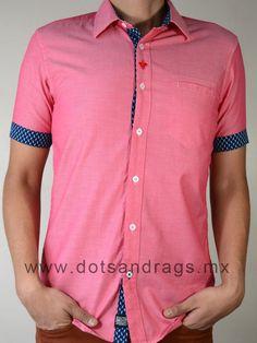 Camisas hombres - Camisa casual de manga corta color rojo lisa con bolsa en el pecho y detalles en mangas, modelo 155190 Rojo. Dots & Rags Boutique Online