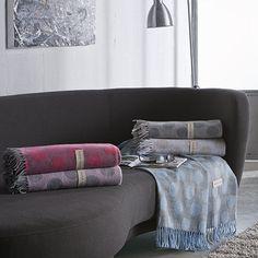 Diseño elegante y moderno del plaid Moonrise de Naf Naf, con una geometría circular y cerrando dos de sus bordes en flecos. Disponemos de este producto en varios tonos: azul, fucsia, gris, piedra y rosa.