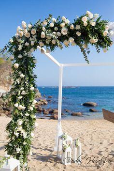 ¿Qué opinas de esta fantástica decoración floral para tu gazebo en playa? Bodas Huatulco