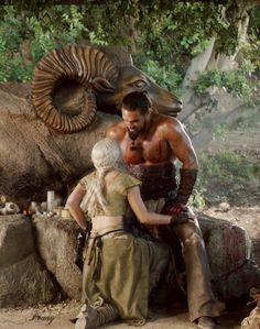 Daenerys Targaryen (Emilia Clarke) y Khal Drogo (Jason Momoa)