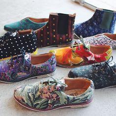 Que tal um sapato vegano? Esses são os calçados da @insectashoes que usam roupas usadas de brechós e tecidos ecológicos à base de garrafas pet como matéria prima, além da preocupação com o conforto e utilização de borracha reciclada na sola. Com design lindo e exclusivo a marca abre sua primeira loja física em São Paulo. Vale a pena conferir. ♻️ WELL shoes ♻️ #designsustentavel #calçadovegano #vintage #tecidoecologico #shoes #shoedesign