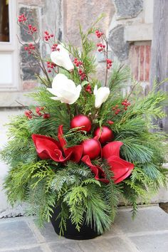 Christmas arrangements - make magic Christmas decorations Outdoor Christmas Planters, Christmas Urns, Christmas Garden, Outdoor Christmas Decorations, Christmas Centerpieces, Christmas Holidays, Christmas Wreaths, Christmas Crafts, Holiday Decor