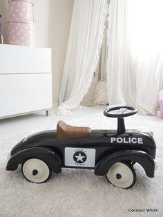 Coconut White: Kummipoikani ristiäislahja - musta poliisipotkuauto