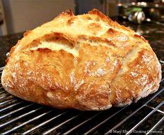 An easy, no-knead, Dutch oven crusty bread recipe. 4 Ingredients. So easy you'll never buy bread again! #homemadebread #crustybread #dutchovenbread Artisan Bread Recipes, Dutch Oven Recipes, Easy Bread Recipes, Cooking Recipes, Cooking Tips, Milk Recipes, Dough Ingredients, Cooking Ingredients, Hard Bread