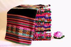 Peruanischen Anden Stoffe. Modell: Puno Sie sind in verschiedene Sorten von Design und Farben angeordnet. Gemessen an Teil: Länge 120 cm (47,2 Zoll) Breite: 110 cm (43.3 Zoll) Weitere Details: Stoffe und decken haben einen Hintergrund Farbe Neutro (Rojo, Verde, Azul, Fucsia,